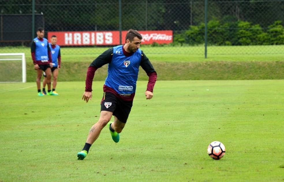 Pratto contra-ataca em treino do São Paulo, no CT da Barra Funda (Foto: Érico Leonan / saopaulofc.net)