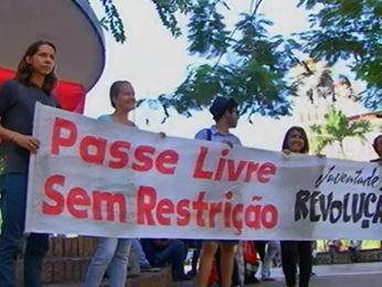 Protesto em frente ao Palácio Alencastro, em Cuiabá (Foto: Reprodução/ TVCA)