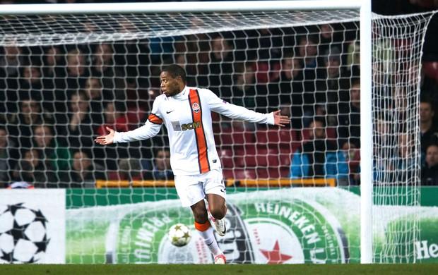 Luiz Adriano comemora gol contra o Nordsjaelland (Foto: Agência AFP)