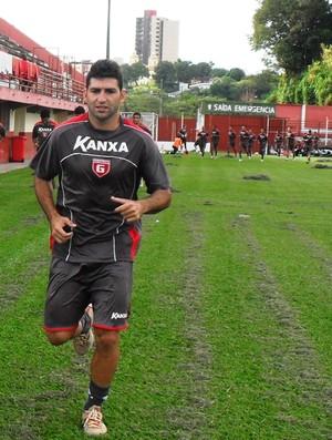Alex, meia-atacante, correndo durante treino do Guarani-MG (Foto: Cleber Corrêa)