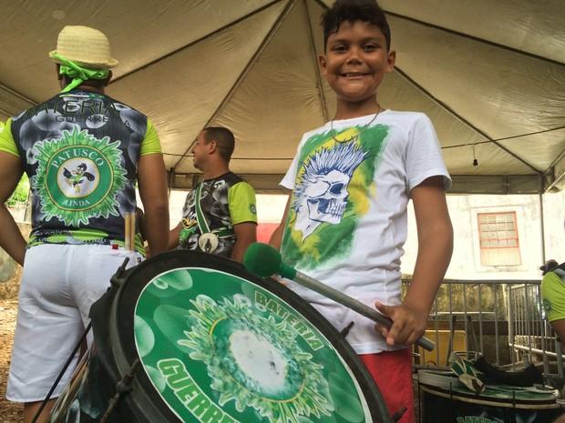 Com apenas 10 anos, Faraoo de Souza é um dos ritmistas do Patusco (Foto: Thays Estarque / G1)