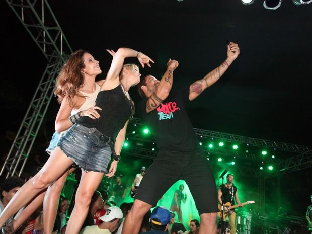 Antônia Fontenelle com Renata Dominguez e o ex-BBB Diogo Pretto em show em Salvador, na Bahia (Foto: Heber Barros/ Agência Sércio Freitas/ Divulgação)