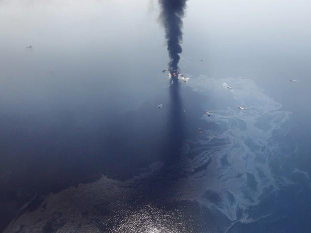 Em 20 de abril, a explosão de uma plataforma de petróleo matou 11 pessoas e causou o pior vazamento de óleo da história dos EUA. Cerca de cinco mil barris de óleo fluíram diariamente por três meses até o vazamento ser contido, em julho (Foto: Gerald Herbert/AP)