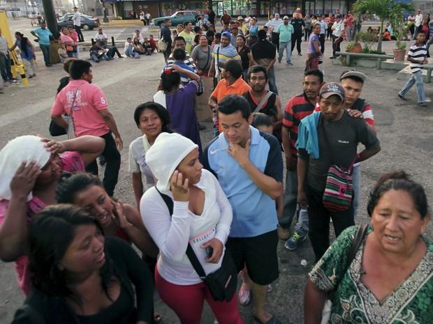 Venezuelanos passam cerca de cinco horas na fila por semana para comprar produtos básicos (Foto: Reuters/Isaac Urrutia)