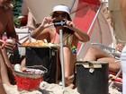 Anamara aproveita praia do Rio e tira foto do paparazzo
