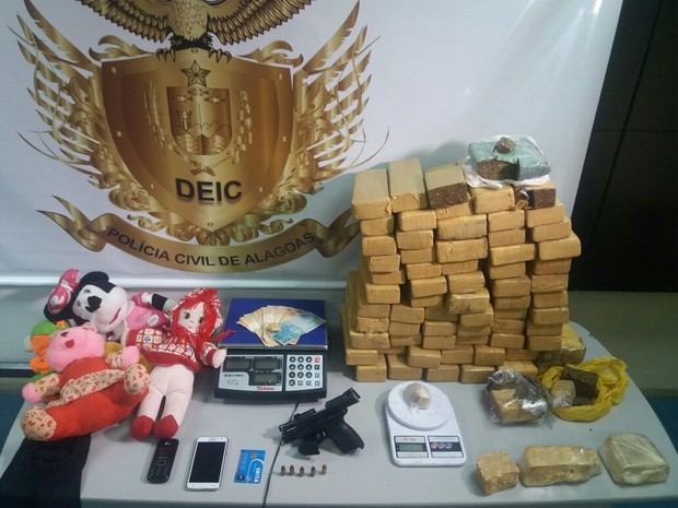 Drogas, arma e pelúcias usadas pela quadrilha foram apreendidas. (Foto: Suely Melo/G1)