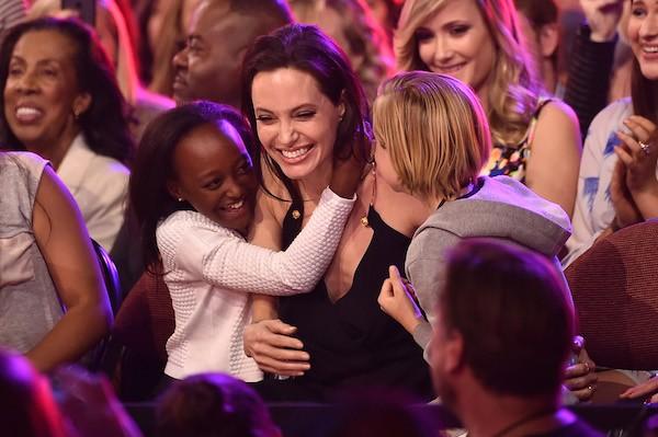 Zahara abraçada com a mãe, Angelina Jolie (Foto: Getty Images)