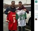 Brasileiro na NFL posa com camisa de time de futebol americano de MG