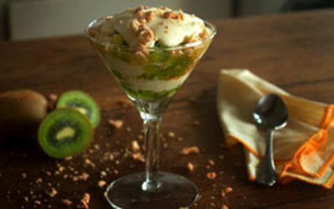 Delícia de suspiros, chantilly e kiwi
