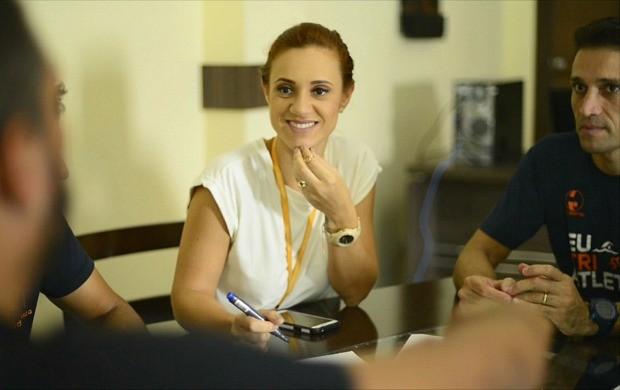Karina Quadros ouve atenta ensinamentos de sua equipe para o 'Eu Aventura (Foto: Globo Esporte)