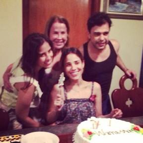 Wanessa comemora aniversário com a irmã Camilla Camargo e com os pais, Zilu e Zezé Di Camargo (Foto: Instagram/ Reprodução)