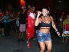 Viviane Araújo mostra barriga e pernas saradas em ensaio
