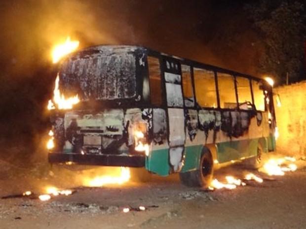 ônibus é incendiado em brumado (Foto: Wilker Porto / Brumado Notícias)