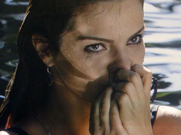 Elisa encontra colar perdido por Rodrigo na cachoeira (Foto: Amor Eterno Amor/TV Globo)