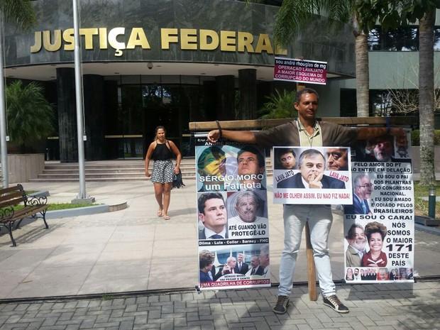 André Luiz Santos faz protesto em frente ao presídio da Justiça Federal em Curitiba