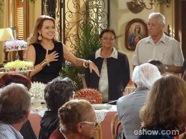 Shirley causa e para o recital em sua chegada (Foto: Em Família/TV Globo)