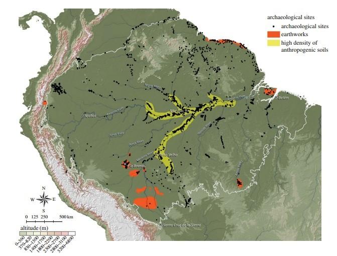Os pontos negros do mapa identificam sítios arqueológicos espalhados pela mata. A maioria está concentrada nas margens dos grandes rios. Há sítios embrenhados na floresta (Foto: Eduardo Neves)