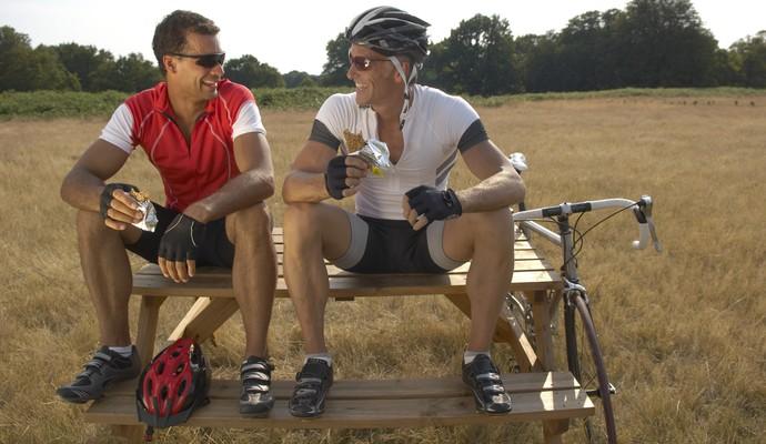 ciclistas comendo eu atleta (Foto: Getty Images)