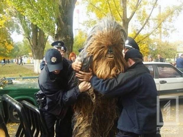 Chewbacca, de 'Guerra nas Estrelas', é detido por dirigir sem documentos em Odessa, na Ucrânia (Foto: Reprodução/Instagram/Polícia da Ucrânia)