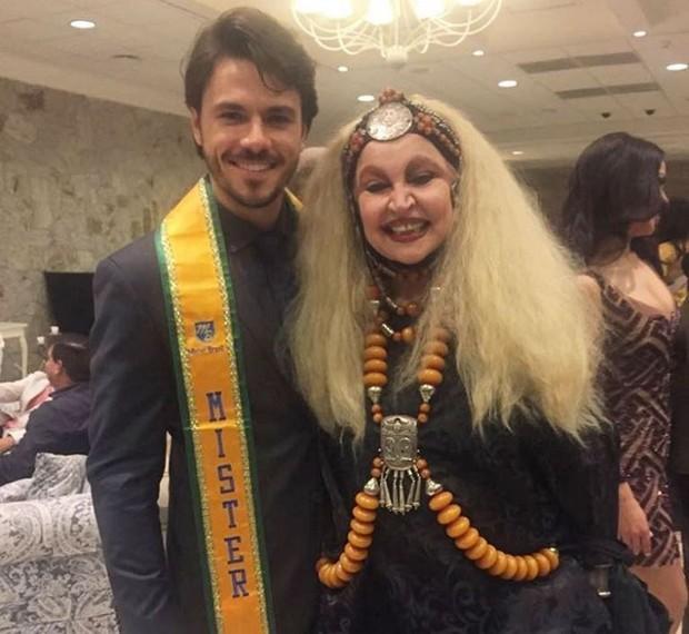 Lucas Montandon, com a faixa de Mister Brasil, ao lado de Elke Maravilha (Foto: Reprodução/Instagram)