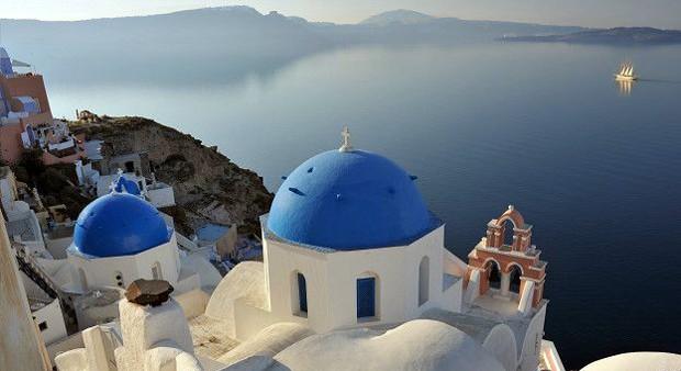 Santorini é conhecida como a joia da Cíclades . O lugar é o resto de uma caldeira vulcânica. Você pode visitar as praias e falésias ali, além de fazer uma caminhada para conhecer as populações que moram no local (Foto: BBC)