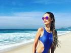 Sereia! Yasmin Brunet mostra cinturinha em dia de praia