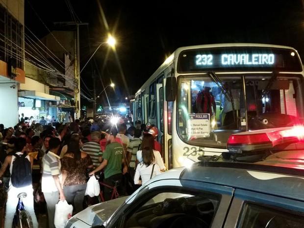 Suspeitos de assalto a ônibus foram presos em Afogados, Zona Sul do Recife (Foto: Renato Ramos/TV Globo)