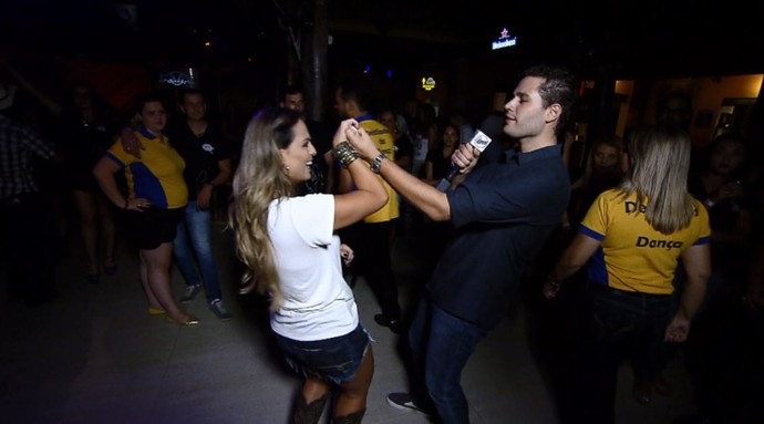 Pedro Leonardo e Aline Lima arriscam passos da dança sertaneja em noite de festa (Foto: reprodução EPTV)