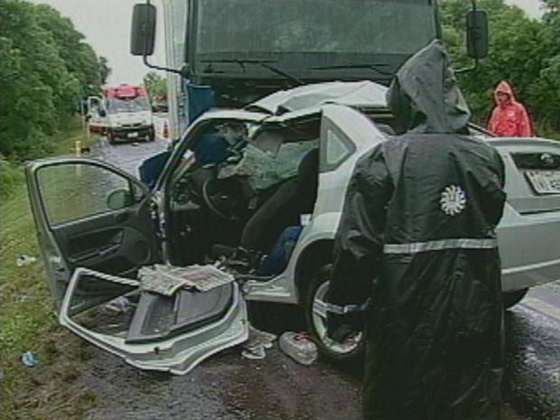 Três ocupantes do veículo morreram no local (Foto: Reprodução/RBS TV)