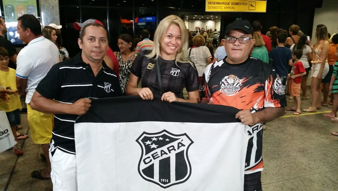 Torcedores alvinegros apoiaram jogadores no desembarque da equipe (Foto   Tom Alexandrino) a82caf6a60395