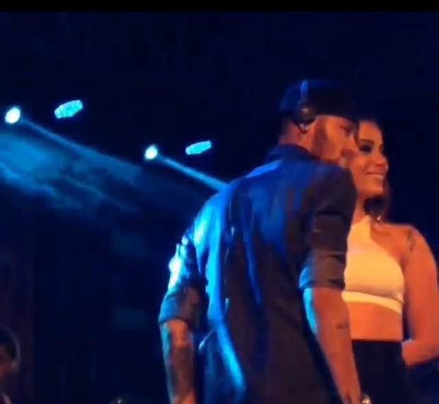 Ego neymar e anitta fazem dueto sensual durante show da cantora em