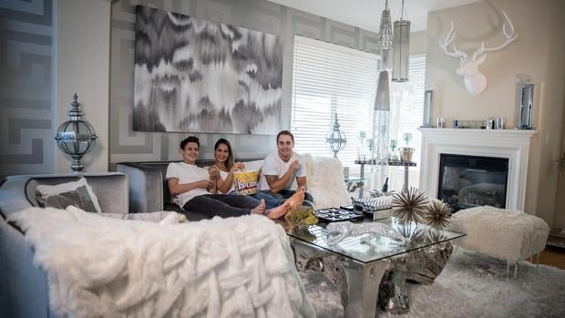 Mayra Cardi com o marido e o filho, Lucas, na sala de casa (Foto: Luan Assis/Divulgação)