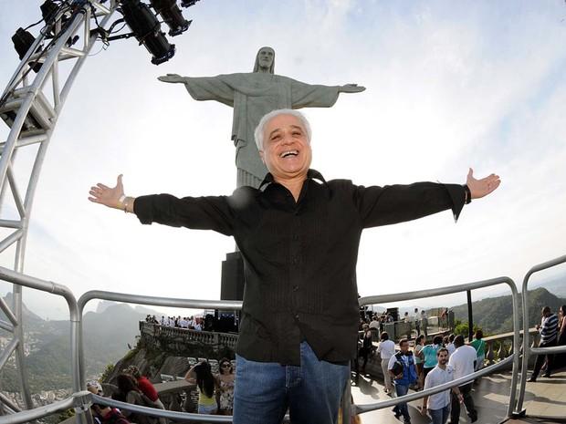 Roberto Medina posa para foto em frente ao Cristo Redentor antes de coletiva sobre o Rock in Rio 2013. (Foto: Alexandre Durão/G1)