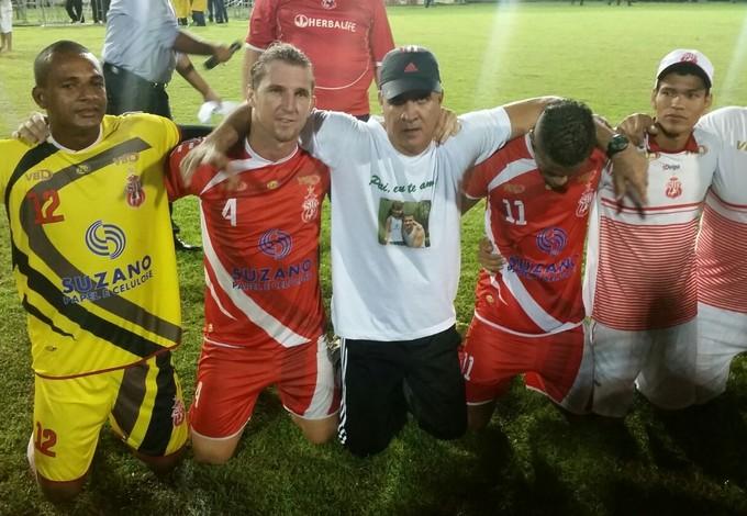 Vinícius Saldanha e os jogadores do Imperatriz no título maranhense de 2015 (Foto: Bruno Alves/Globoesporte.com)