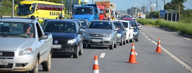 Trânsito ficou congestionado por conta do acidente  (Foto: Walter Paparazzo/G1)