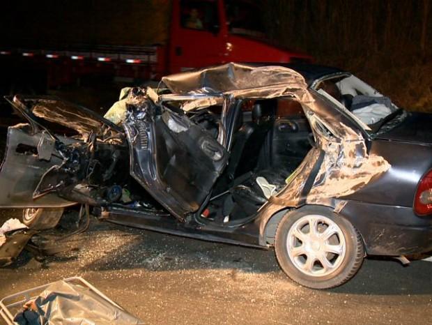 A frente do carro ficou destruída após o impacto, na BR-101 (Foto: Reprodução/ TV Gazeta)