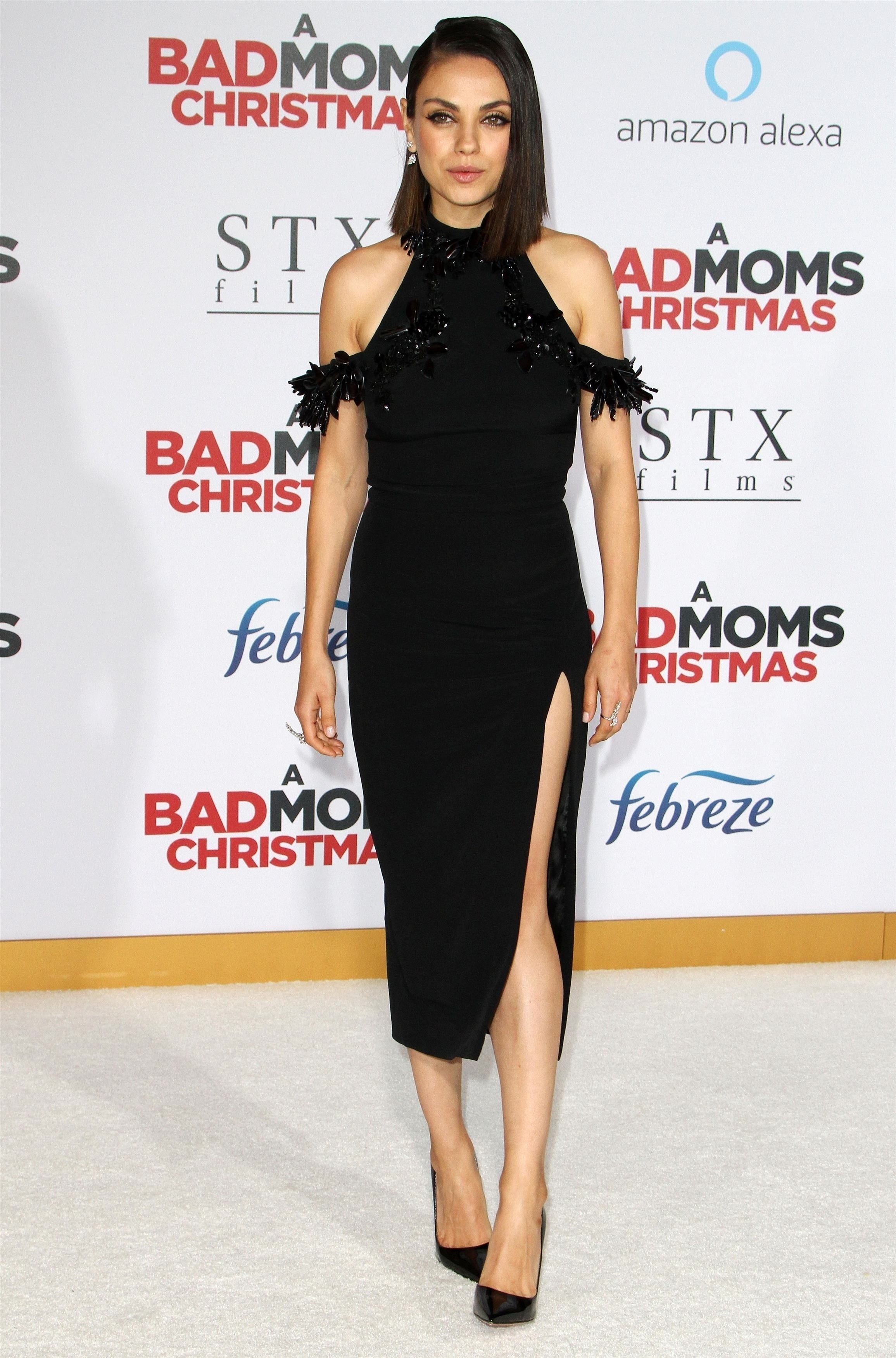 Mila Kunis concentra os flashes com fenda vertiginosa em red carpet (Foto: BACKGRID)