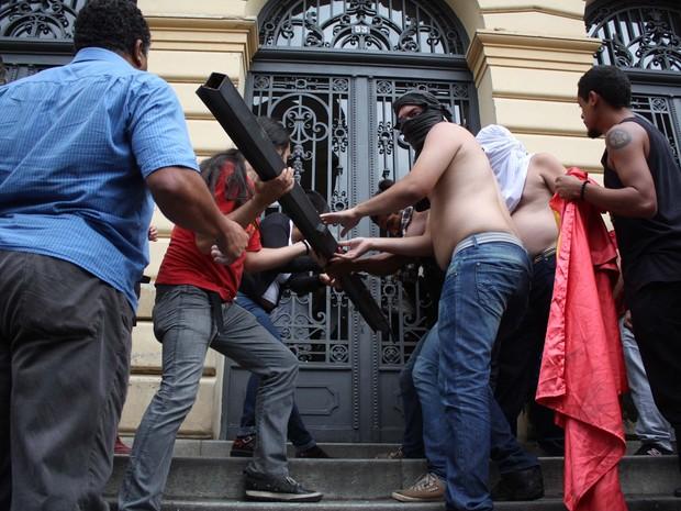 Manifestantes usam pedaços de metal para tentar invadir prédio da Secretaria. (Foto: Luiz Claudio Barbosa/Código 19/Estadão Conteúdo)