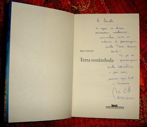 """""""Renata, às vezes, os livros percorrem misteriosos caminhos, como os cadernos do personagem desta """"Terra Sonâmbula"""". Tu já és personagem desta dedicatória e, por isso, escrevo aqui toda a ternura.""""  (Foto: Renata Neder)"""