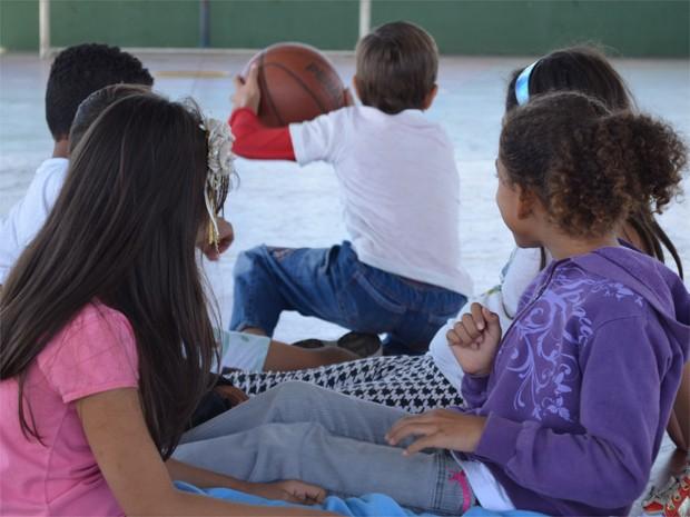 Estudantes se divertem na quadra coberta da escola municipal de Vista Alegre do Alto (Foto: Igor Savenhado/G1)