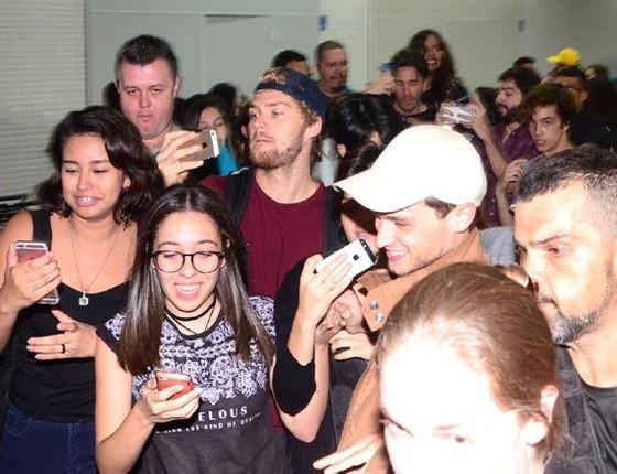 Os atores da série 13 reasons why causaram tumulto em suia chegada ao aeroporto de São Paulo (Foto: AG. News)