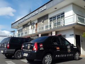 Suspeito foi conduzido à delegacia de polícia de Itajaí (Foto: Luiz Souza/RBS TV)