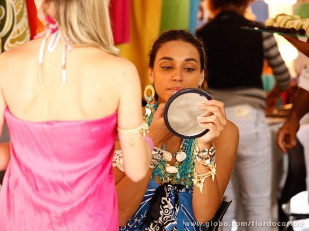 Débora Nascimento dá um último retoque na maquiagem (Foto: Flor do Caribe / TV Globo)