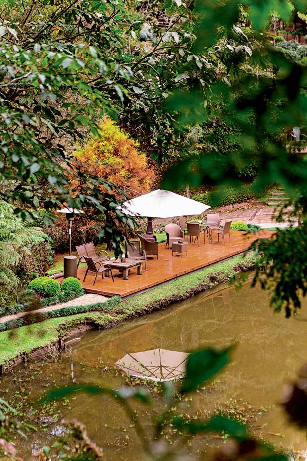 Estar ao ar livre | O gramado à beira do lago ganhou o deque com mobiliário de área externa da Sierra Móveis (Foto: Edu Castello/Editora Globo)