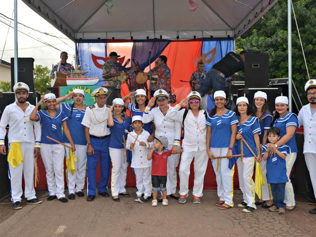 Grupo de ao menos 20 pessoas se reuniu para cantar e apresentar samba, marcha e valsa (Foto: Quésia Melo/G1)