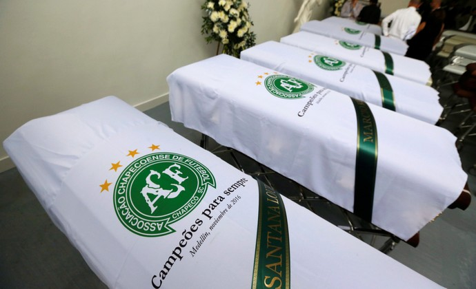 caixões Chapecoense bandeira translado tragédia (Foto: Reuters)