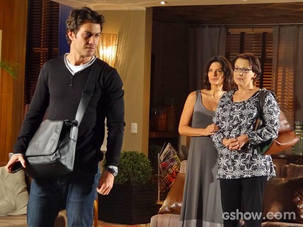 Laerte tenta disfarçar impaciência com Verônica e Selma (Foto: Em Família/ TV Globo)