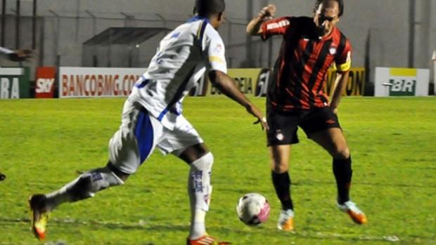 Paulo Baier em jogada contra o Barueri (Foto: Gustavo Oliveira/Site oficial do Atlético-PR)