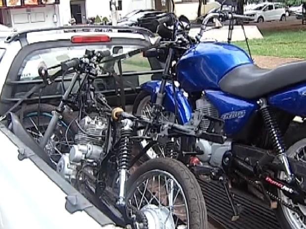 Motos e peças como motores foram apreendidos (Foto: Reprodução / TV Tem)