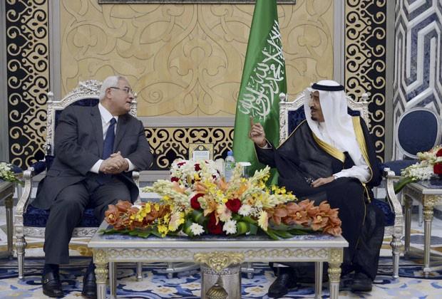 O presidente egípcio, Adli Mansour, e o rei saudita Abdullah em encontro na Arábia Saudita nesta segunda-feira (7) (Foto: Reuters)